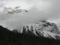 Bewölkter Berg Stockfoto