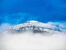 Bewölkter Berg in der Sonne Lizenzfreie Stockfotografie