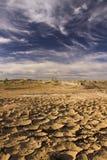 Bewölkter blauer Himmel über ausgetrocknetem unfruchtbarem Land in Marokko lizenzfreies stockfoto