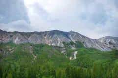 Bewölkter blauer Himmel über den Felsen Lizenzfreies Stockfoto