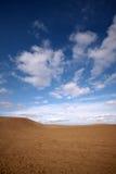 Bewölkter blauer Himmel über Wüste lizenzfreies stockfoto