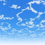 Bewölkter blauer Himmel Stockbilder