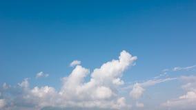 Bewölkter blauer Himmel Stockfoto