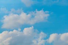 Bewölkter blauer Himmel lizenzfreie stockbilder