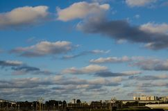 Bewölkter blauer Himmel Grey Beautiful Altocumuluss über der Stadt stockfotografie