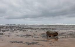 Bewölkter Herbsttag in dem Ozean stockfotografie