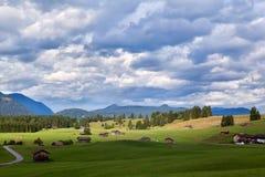 Bewölkter Himmel über bayerischem Ackerland Stockfotografie