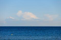 Bewölkter Himmel über blauer Meeresoberfläche Stockfoto