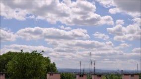 Bewölkter Himmel über dem Dach des Gebäudes in der Stadt stock footage