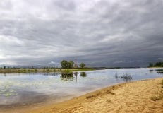 Bewölkter Himmel über dem Fluss Kotorosl yaroslavl Russland stockfotos