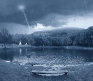 Bewölkter Himmel über dem See Stockbild