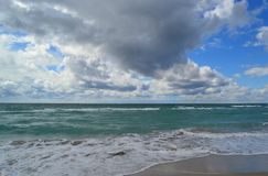 Bewölkter Himmel über dem Strand Schwarzen Meers stockbilder