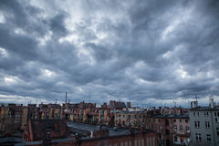 Bewölkter Himmel über der Stadt Stockfotos