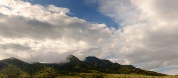 Bewölkter Himmel über einem Berg Lizenzfreie Stockbilder