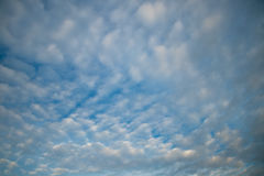 Bewölkter Himmel am Abend Stockfotos