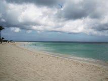Bewölkter Himmel auf dem Strand stockfotos