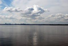 Bewölkter Himmel an der Bucht Stockfotos