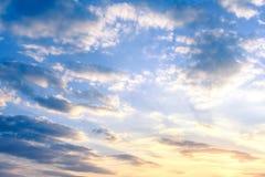 Bewölkter Himmel an der Dämmerung stockbild