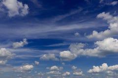 Bewölkter Himmel in der Sommerhintergrundüberlagerung Stockfotos