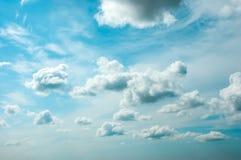 Bewölkter Himmel des Sommers Stockfotos
