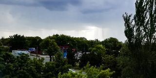 Bewölkter Himmel mit Bäumen und Straßenansicht lizenzfreies stockbild
