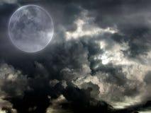 Bewölkter Himmel mit dem Vollmond Lizenzfreies Stockbild