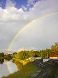 Bewölkter Himmel mit Regenbogen nach Regen stockfotografie
