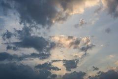 Bewölkter Himmel mit Sonnenlicht Stockfotos