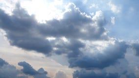 Bewölkter Himmel mit Sonnenlicht für Hintergrundbeschaffenheit lizenzfreie stockfotos