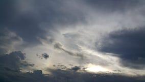 Bewölkter Himmel mit Sonnenstrahl Stockbild
