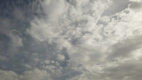 Bewölkter Himmel mit Sonnenstrahlen und hintergrundbeleuchtet mit den Federwolkekumuluswolken, die sich schnell bewegen stock video