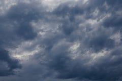 Bewölkter Himmel mit Sturmwolken Lizenzfreies Stockfoto