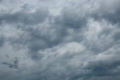 Bewölkter Himmel mit Sturmwolken Stockfotos