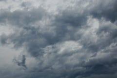 Bewölkter Himmel mit Sturmwolken Stockbilder