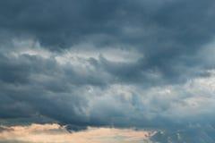 Bewölkter Himmel mit Sturmwolken Stockfoto