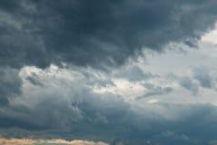 Bewölkter Himmel mit Sturmwolken Lizenzfreie Stockbilder