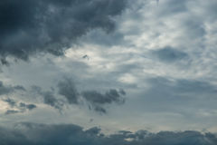 Bewölkter Himmel mit Sturmwolken Lizenzfreies Stockbild