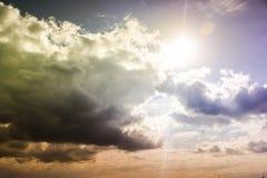 Bewölkter Himmel mit Sturmwolken während des Sonnenuntergangs Lizenzfreie Stockbilder