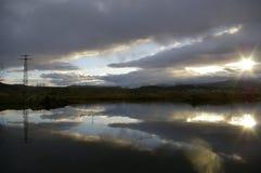 Bewölkter Himmel reflektiert in einer Wasseroberfläche Stockbild