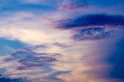 Bewölkter Himmel am Sonnenuntergang Stockbild