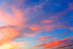 Bewölkter Himmel am Sonnenuntergang Stockbilder