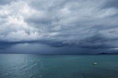 Bewölkter Himmel am stürmischen Wetter mit enormen schweren Wolken über dem Meer Stockfoto