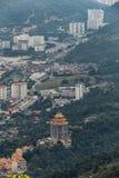 Bewölkter Himmel, Stadtbild, achteckige Pagode Guayin und Berg mit Grün, das von Penang-Hügel ansah Lizenzfreie Stockfotos