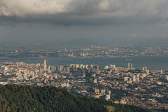 Bewölkter Himmel, Stadtbild und Berg mit Grün, das von Penang-Hügel bei George Town ansah Penang, Malaysia lizenzfreie stockfotos