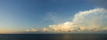 Bewölkter Himmel trifft freien Himmel Lizenzfreie Stockfotografie