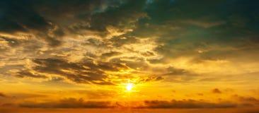 Bewölkter Himmel und Sonne des Panoramas am goldenen Stundenhintergrund Lizenzfreies Stockbild
