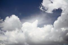 Bewölkter Himmel vor strom, Meer, Tageslicht Lizenzfreie Stockfotografie