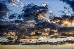 Bewölkter Himmel während des Sonnenuntergangs im Blau und im Rosa Stockfotos