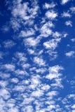 Bewölkter Himmel in weißem und in Blau 01 stockfotografie