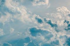 Bewölkter Hintergrund des blauen Himmels Lizenzfreie Stockfotos